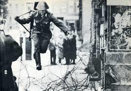 Un policía de la Alemania oriental salta el Muro. /Foto: planetacurioso.com.