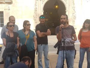 Protesta ante el Ayuntamiento de Alicante. /Foto: rambalibre.com.