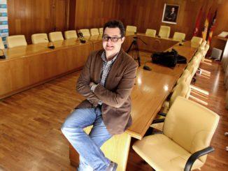 César González, en el salón de plenos del Ayuntamiento de Elda. /Foto: ramblalibre.com.