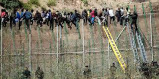 Invasión a través de la valla de Melilla. /Foto: huffingtonpost.es.