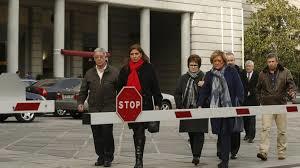 Familiares llegando al Ministerio de Defensa. /Foto: lavaguardia.com.