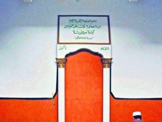 Un musulmán reza ante la alqibla.