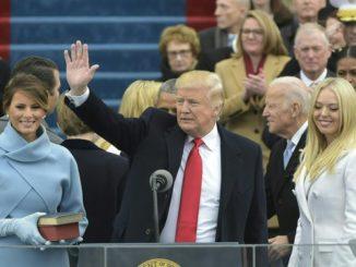 Donald Trump, con su familia, en la toma de posesión.