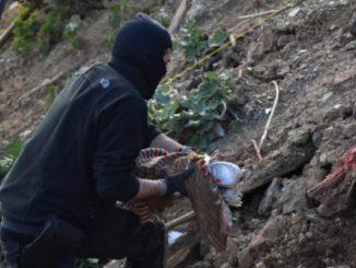 Un guardia civil sacando las armas del zulo.