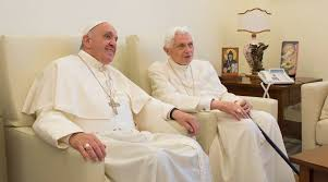 Bergoglio y Benedicto XVI. /Foto: periodistdigital.com.