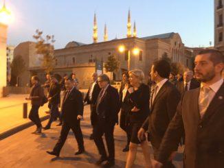 Marine Le Pen paseando por Beirut.