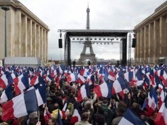 Baño de masas de Fillon en París.