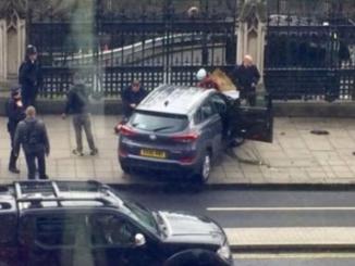 El coche que atropelló a transeúntes se ha empotrado en la valla de Westminster.