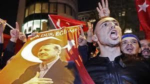Manifestantes turcos en Rotterdam. /Foto: lanacion.com.ar.