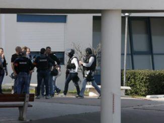 Policía en el Instituto donde ha tenido lugar el tiroteo. /Foto: publico.es.